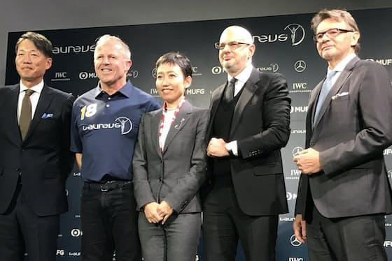 ローレウス・スポーツ・アカデミーのチェアマンでラグビー元ニュージーランド代表、ショーン・フィッツパトリック氏(左から2人目)ら