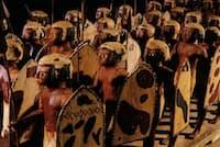 死者を守る軍勢:紀元前2000年ごろ、エジプトのアスユートでメセティという名の貴族が亡くなり、彩色された木製の人形40体と共に葬られた。エジプト人兵士をかたどった人形は高さ約60センチで、槍と盾を持っている(PHOTOGRAPH BY KENNETH GARRETT)