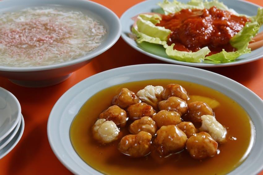 竹香の「すぶた」(手前)はシンプルな色合い。「ふかひれスープ」(左奥)のベースは鶏ガラスープ。「えびちりそーす」は赤色が鮮やか