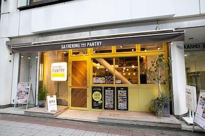 ロイヤルホールディングスが東京・日本橋馬喰町にオープンした実験店。店先には「キャッシュレスチャレンジ」と書かれている