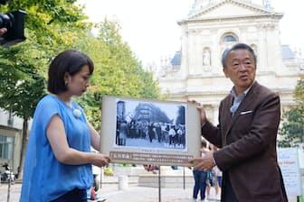 パリの学生街「カルチェ・ラタン」で、五月革命の歴史や意義について振り返る池上氏(右)=テレビ東京提供