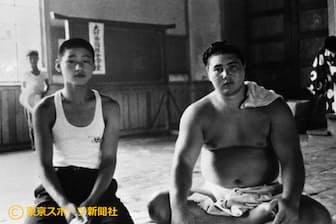 二所ノ関部屋に入門した天龍氏(左)、右は横綱・大鵬(1963年12月)=東京スポーツ新聞社提供
