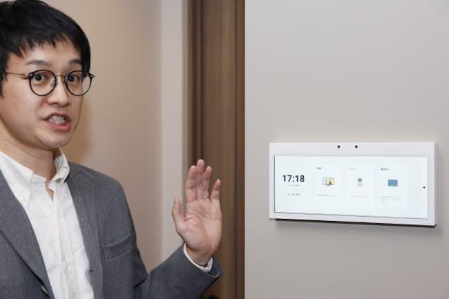 「HomeX Display」はタッチパネル式で、各部屋に設置して使う。いずれもドアホンや照明、空調などを操作でき、「おでかけ」モードなど多彩な機能を装備
