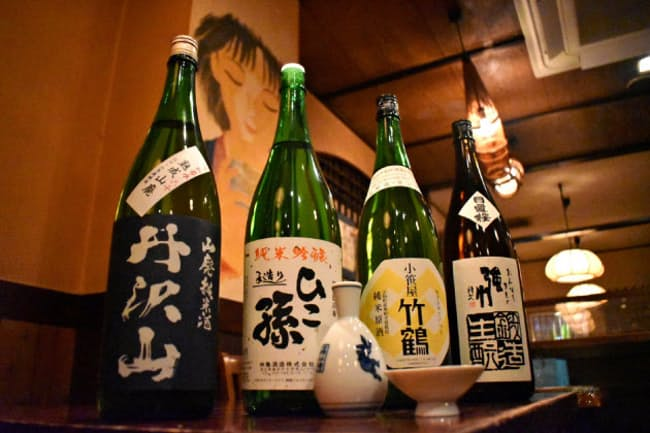 温めるとうま味が増して「燗上がり」する日本酒は多い(東京都千代田区の神田新八本店で)