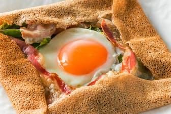 そば粉で作ったクレープ「そばガレット」 とろとろの半熟卵を潰して食べる=PIXTA