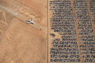 大賞作品。何千台ものフォルクスワーゲンやアウディが、米カリフォルニア州ヴィクターヴィル近くのモハベ砂漠に放置されている(PHOTOGRAPH BY JASSEN TODOROV, 2018 NATIONAL GEOGRAPHIC PHOTO CONTEST)
