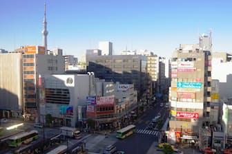 JR亀戸駅周辺では東京スカイツリー(左後方)が迫ってくるように見える(東京都江東区)