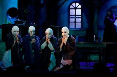 ケラリーノ・サンドロヴィッチ作・演出の「修道女たち」は異端排斥の物語だった(撮影 引地 信彦)