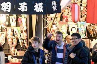 浅草を訪れた外国人観光客ら(12月17日、東京都台東区)