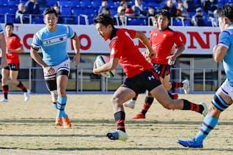 前へのプレッシャーをかけ続けているからこそ躍動感あふれるプレーが生まれる(12月1日、関東大学ラグビー対抗戦)=共同