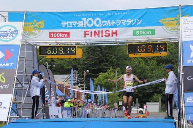 「サロマ湖100キロウルトラマラソン」で市民ランナーの風見尚さんは6時間9分14秒の世界新記録を樹立した(18年6月、北海道北見市)=実行委員会提供