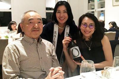 シンガポールで日本酒とのペアリングイベントを開催する菅波葉子さん(中)