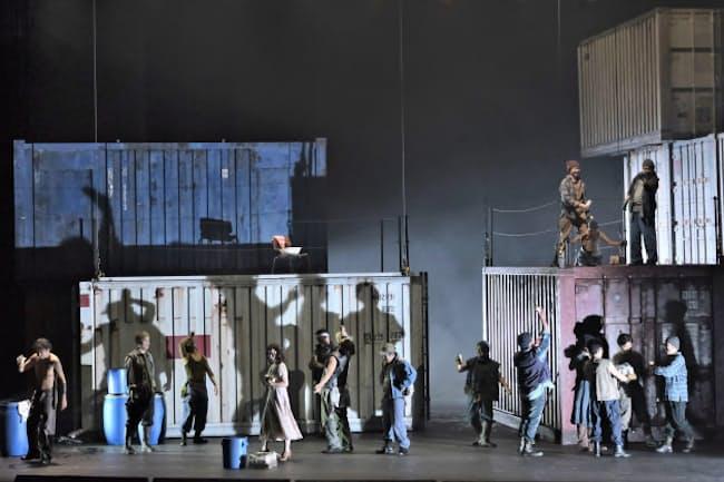 東京二期会が上演した「プッチーニ三部作」のうち「外套」の一場面=三枝 近志撮影