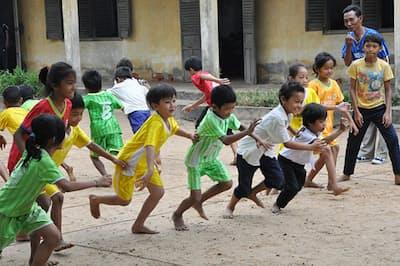 カンボジアの小学校で取り入れられた体育の授業の様子。(写真提供:ハート・オブ・ゴールド)