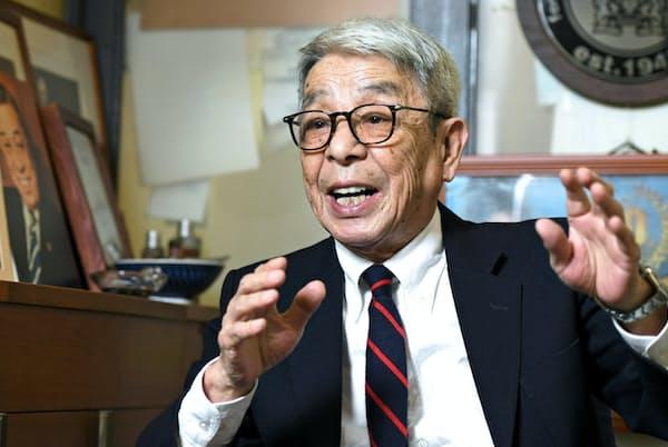 「スーツスタイルではまず、サイズを大事にしてください。それだけで格好よく見えます」と話す石津祥介さん