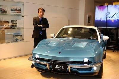 光岡章夫社長と新型車「ロックスター」(ロサンゼルスブルー)。2代目コルベットコンバーチブルをほうふつさせるアメリカ車風のデザインが特徴。カラーはシカゴレッド、ニューヨークブラックなど米国の地名にちなんで6色ある