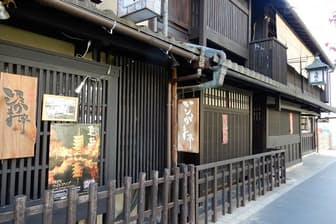 京都の街中に棟ごとに機能を分けた分散型ホテルが点在している