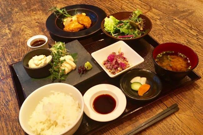 春秋ユラリの「生湯葉ご膳」 週替わりの一品料理が選べる(写真奥は豚ヒレカツ)