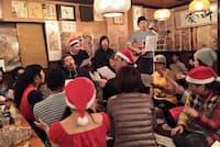 商店街の店で開いたクリスマスイベントの様子(中央でサンタ帽をかぶっている男性が渡辺さん)