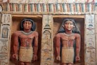 墓のくぼみに彫られた神官ワフティーと家族の像(PHOTOGRAPH BY AMR NABIL, AP)