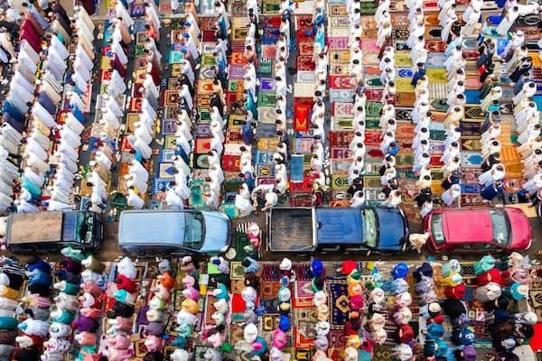 """断食明けを祝う祝日イード・アル・フィトル。車の列は男女を分けるためだ(PHOTOGRAPH BY YASSINE """"YORIYAS"""" ALAOUI ISMAILI)"""