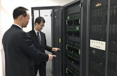 スパコンを点検する職員(神戸市の計算科学振興財団で)