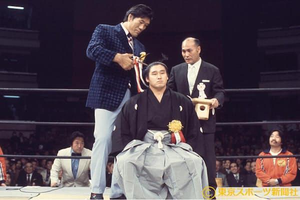 関取・天龍(中)の断髪式で大いちょうにハサミを入れるジャイアント馬場=左(1976年12月)=東京スポーツ新聞社提供