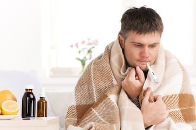 38℃以上の高熱が3日以上続いたり、寒くてガタガタ震える場合は医療機関の受診を。写真はイメージ=(c) blueskyimage-123RF