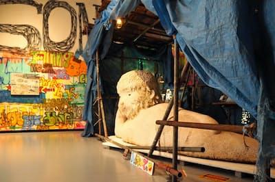 涅槃仏のような大谷工作室のオブジェ