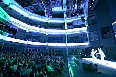 フェンシングは全日本選手権を円形劇場の「東京グローブ座」で開いた(2018年12月、東京都新宿区)