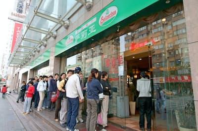 5~7割引きの大幅値下げで客が殺到し、中国1号店が息を吹き返す(上海市)