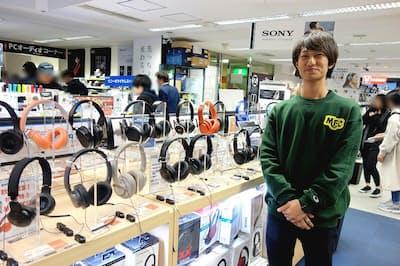 e☆イヤホン秋葉原店のヘッドホン売り場。副店長の佐藤祐一氏に解説してもらった