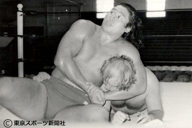 デビュー前にドリー・ファンク・ジュニアとスパーリング(米テキサス州)=東京スポーツ新聞社提供