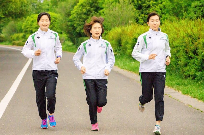 オトバンクの陸上競技部は就業前後の時間を練習にあてている(写真右が須河沙央理さん)
