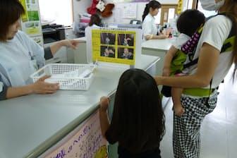 子どもが見ているポスターには何が示されているでしょう。答えは記事中にあります(写真提供=稲垣美知代氏)