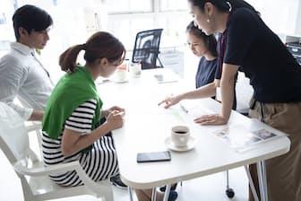 企業としては、ミドル以降の層に対して「給料の役職リンク」をやめる方法が考えられる。写真はイメージ