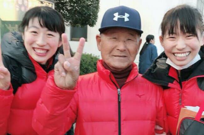 試合で故郷の九州を訪れた際、赤いダウンと帽子をプレゼントした(右が古賀紗理那さん、中央が祖父の義治さん)