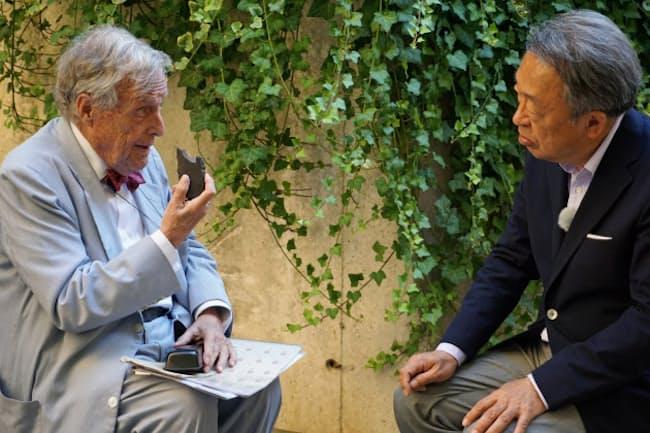 ウリオル・ドメネクさんに、スペイン内戦の体験を聞く池上彰氏(右)(バルセロナ)=テレビ東京提供