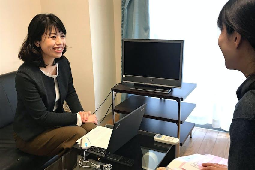 常勤の看護師と打ち合わせするリリフルの玉木明子社長(左)(東京都品川区)