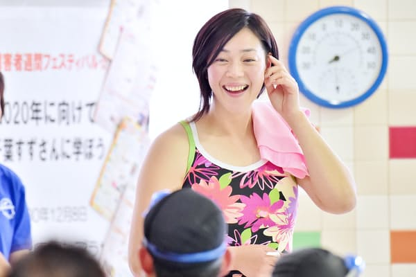 大阪府堺市の水泳教室で参加者に指導する千葉すずさん(2018年12月、堺市立健康福祉プラザ)