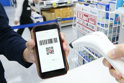 スマホ決済アプリ「ペイペイ」では表示したバーコードを店員が読み取ると支払いが完了する