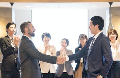 交渉は握手に向けての過程だ。写真はイメージ=PIXTA