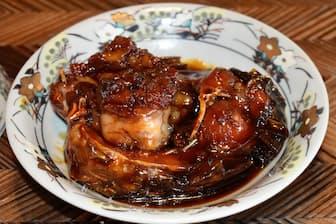 鯉を甘辛く煮込み、食べ残すところがほとんどない鯉の甘煮(鯉の六十里)