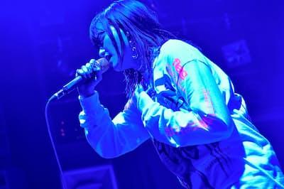 音楽とファッションのコラボイベント「FUZZNATION」で歌うiriさん(2018年10月、東京・渋谷)