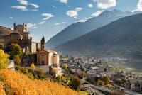 イタリア北部、アオスタ渓谷に立つ12世紀のサンピエール城。そのすぐそばにぶどう畑が広がる(PHOTOGRAPH BY MASSIMO RIPANI)