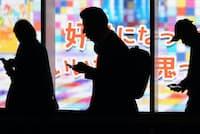 「SNS消費」が盛り上がる半面、「SNS疲れ」も指摘されている 写真はイメージ
