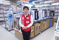 ビックカメラ新宿西口店の空気清浄機コーナーと、解説してくれた中田恭平氏