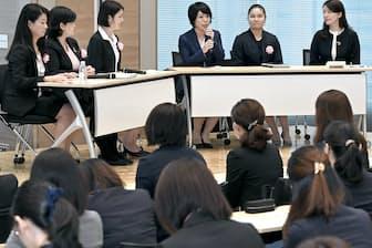 討論する証券会社で働く女性社員(東京都中央区)