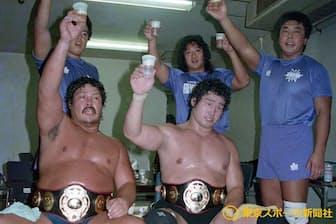 阿修羅・原(左)と世界タッグ王座を奪取した(1988年8月29日、日本武道館)=東京スポーツ新聞社提供