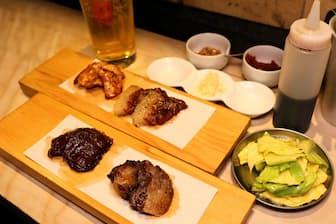 4種類のジビエ肉が楽しめる「ひととおり」(1120円)とオリジナルの「罠ハイ」(380円)。手前が2種類のシカ、奥左がキジの胸肉とイノシシのモモ